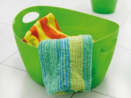Der grüne Bottichelli Utensilo als Aufbewahrungsmöglichkeit für Handtücher im Bad