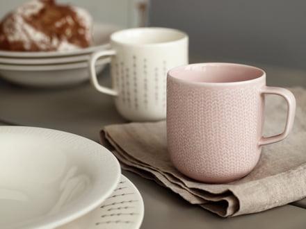 Kaffeebecher - farbenfroher Frühstückstisch