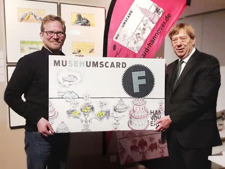 Kulturdezernent Harald Härke übergibt Connox Geschäftsführer Thilo Haas eine Museumscard