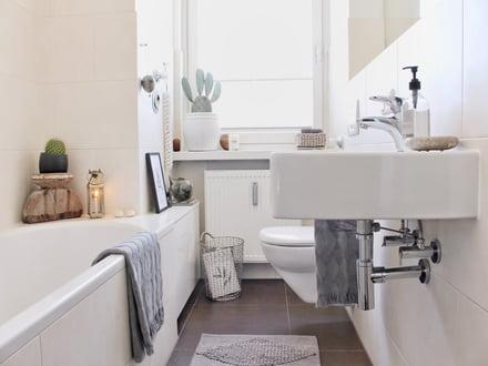 Badezimmer Boho einrichten in Grau, Weiß