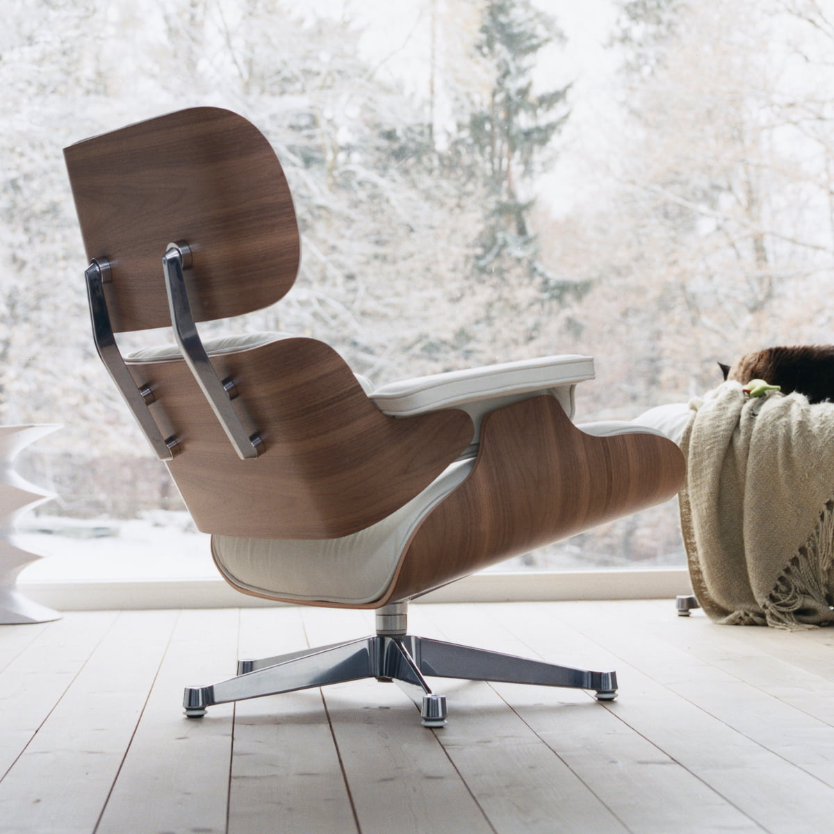 Vitra Lounge Chair in weiß im Wohndesign-Shop