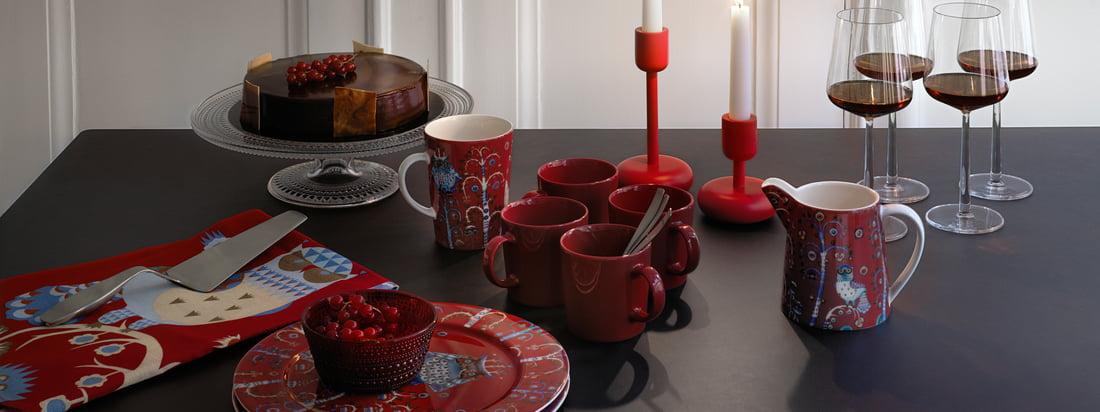 Jedes Jahr aufs neue bringt Iittala - rechtzeitig zur Weihnachtszeit - einige der beliebtesten Geschirrserien und Tischdeko in festlichem Rot auf dem Markt.