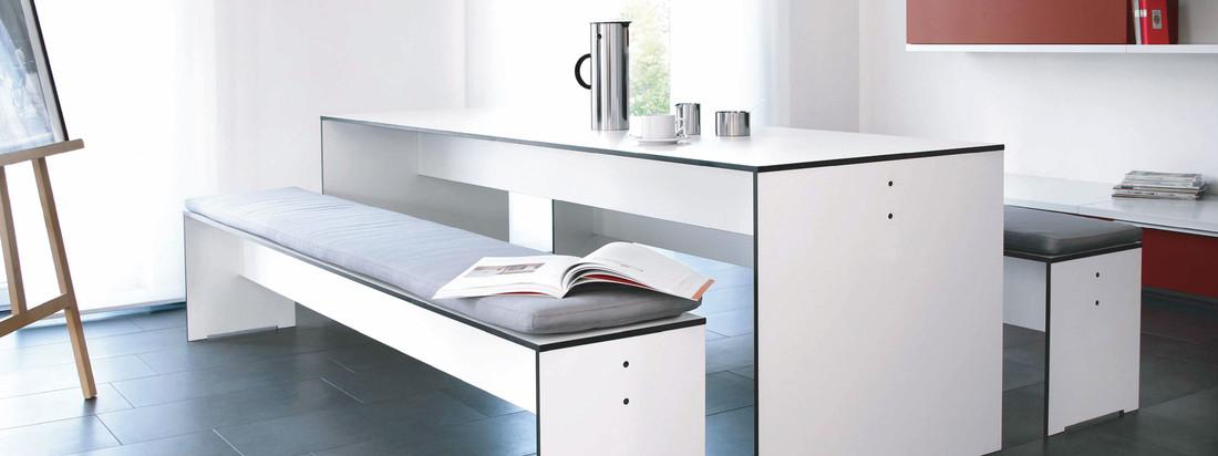 Der deutsche Hersteller Conmoto ist bekannt für seine Möbel und Kamine. Der Riva Tisch und die Riva Bank überzeugen durch eine moderne, hochwertige Optik.