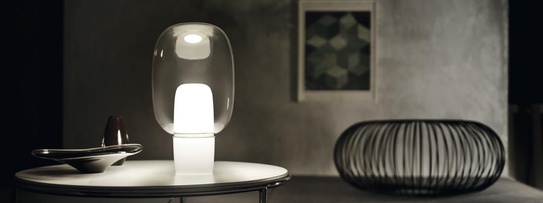 Foscarini zeigt mit der Yoko eine Tischleuchte, die mit der gewohnten Wahrnehmung bricht: Der Leuchtkörper befindet sich im unteren Teil des ungewöhnlichen Designobjekts.