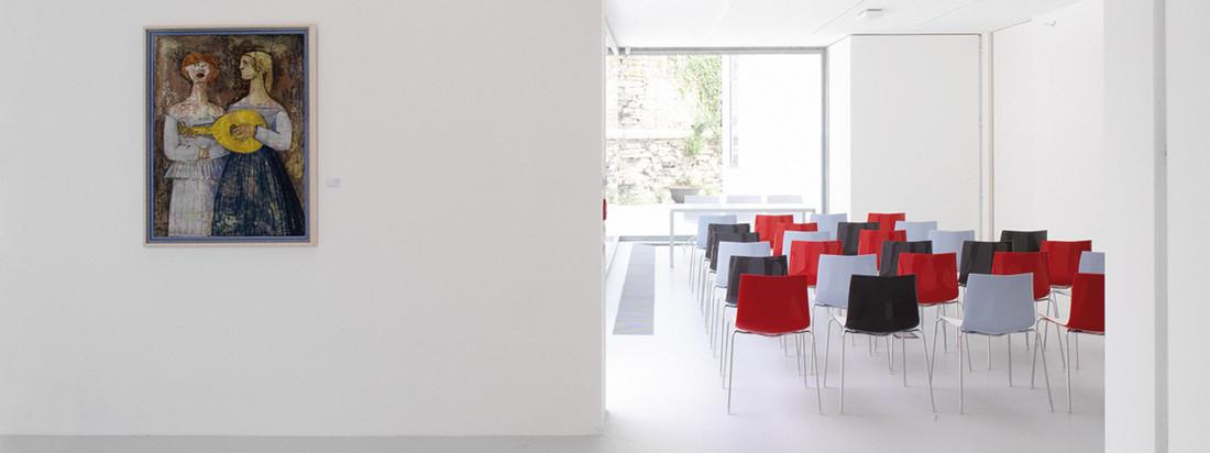 Der Hersteller Arper produziert Möbel wie den Catifa 46 Stuhl. Der moderne Stuhl eignet sich gut als Sitzgelegenheit für ein größeres Publikum bei Veranstaltungen.