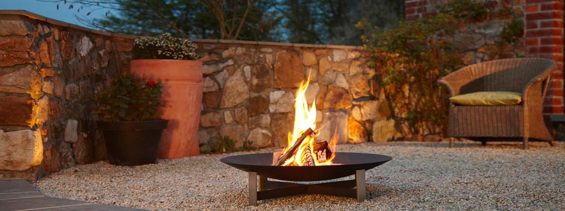 Kaufen Sie die Feuerstelle sunset von der Design-Marke artepuro. Ein leuchtendes Feuer in einer schwarzen, hochwertig verarbeiteten Schale - der Hingucker am Abend.
