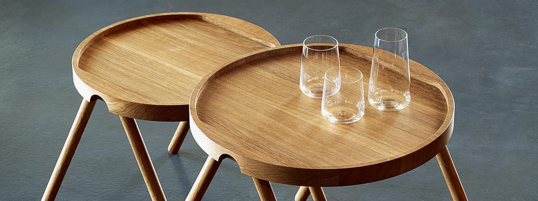 Die Design-Marke Auerberg stellt hochwertige Produkte her - wie den Tablett-Tisch aus Holz. Durch eine Kante am Rand der Tischplatte können Gläser problemlos darauf abgestellt werden.