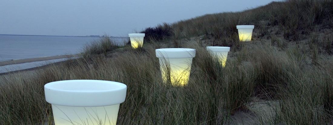 Der niederländische Hersteller Bloom! sorgt mit dem Pot Blumentopf für eine gemütliche Atmosphäre in der Abenddämmerung. Der weiße Blumentopf verfügt über eine integrierte Lampe.
