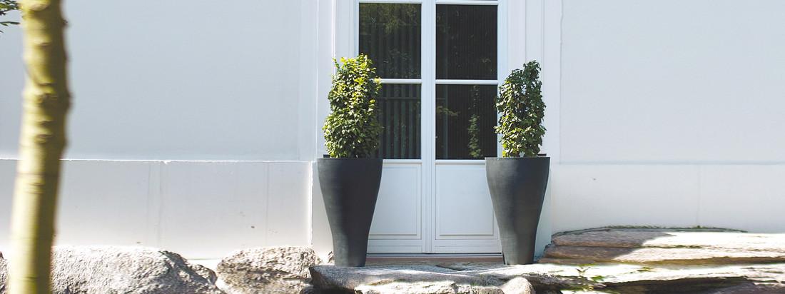 Der Hersteller Amei fertigt schlichte, robuste Pflanzgefäße. Der Konische Pflanzbehälter eignet sich gut, um Grünpflanzen vor dem Haus stilecht zu präsentieren.