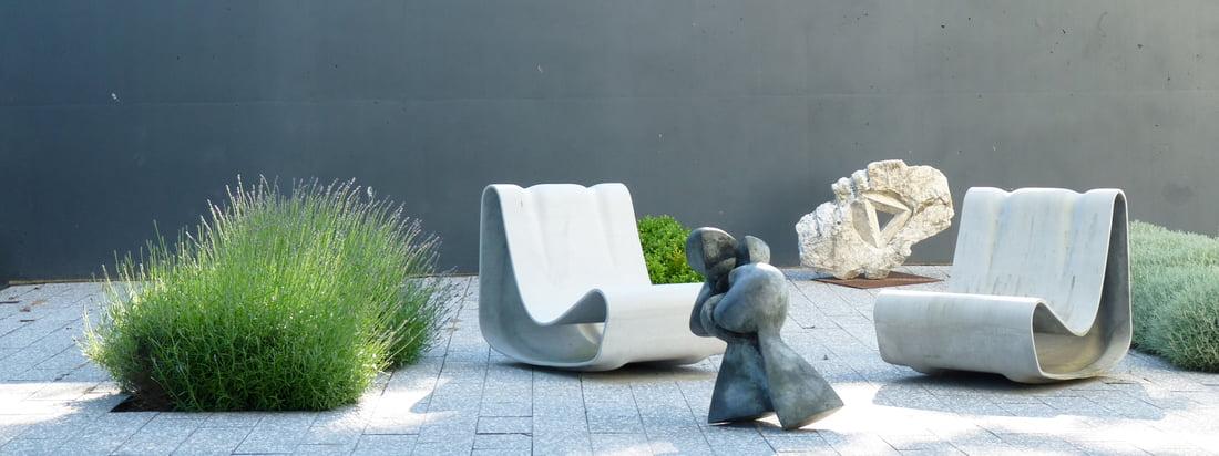 Eternit, ein Unternehmen aus der Schweiz, stellt Produkte aus Faserzement her wie den von Willy Guhl designten Outdoor Sessel Loop. Das Material sorgt für ein kühles Design.