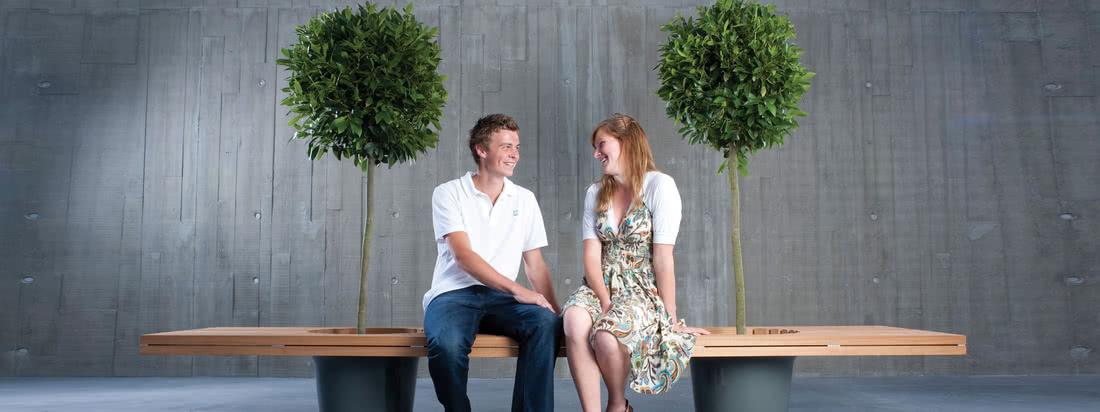 Der Hersteller Extremis produziert unter anderem Möbel wie die Romeo & Juliet Bank. In die Bank sind zwei Kübel integriert, in die z. B. ein kleiner Baum gepflanzt werden kann.