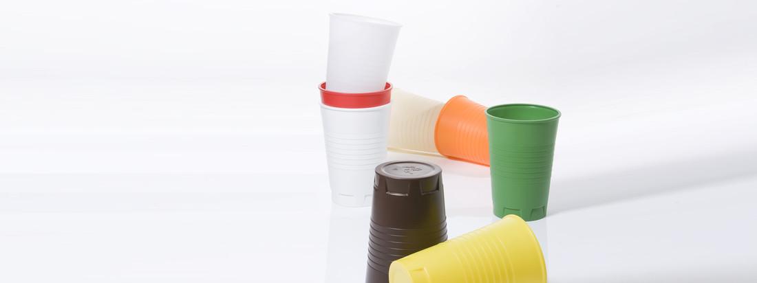 Der Qoffee Stool Plastikbecher von Artificial ist dank der Größe vielseitig verwendbar, z. B. als Hocker. Bei der Farbenvielfalt ist für jeden etwas dabei.