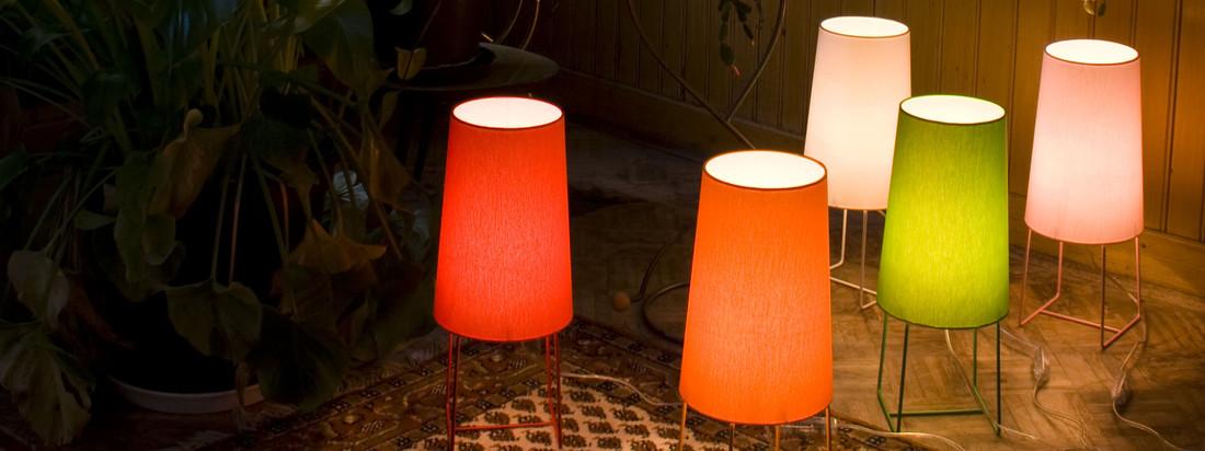 Das Label frauMaier produziert die Slimsophie Leuchte in bunten, leuchtenden Farben. Das Besondere an der Leuchte ist der gerade Übergang zwischen Lampenschirm und Gestell.
