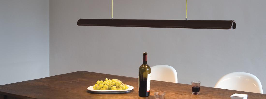 Formagenda ist ein Hersteller für Design-Leuchten, die ihren eigenen Charakter haben und durch innovatives Design überzeugen - wie die Cohiba Pendelleuchte, die mit ihrer Länge den ganzen Esstisch erhellt.