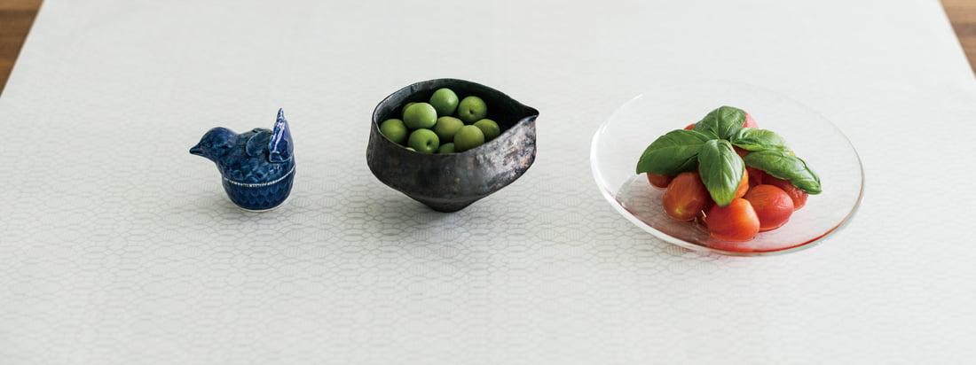 Der Hersteller 3120 Mino ist bekannt für sein Japanpapier. Das handgeschöpfte Papier mit den dezenten Motiven kann z. B. als Tischdecke verwendet werden.