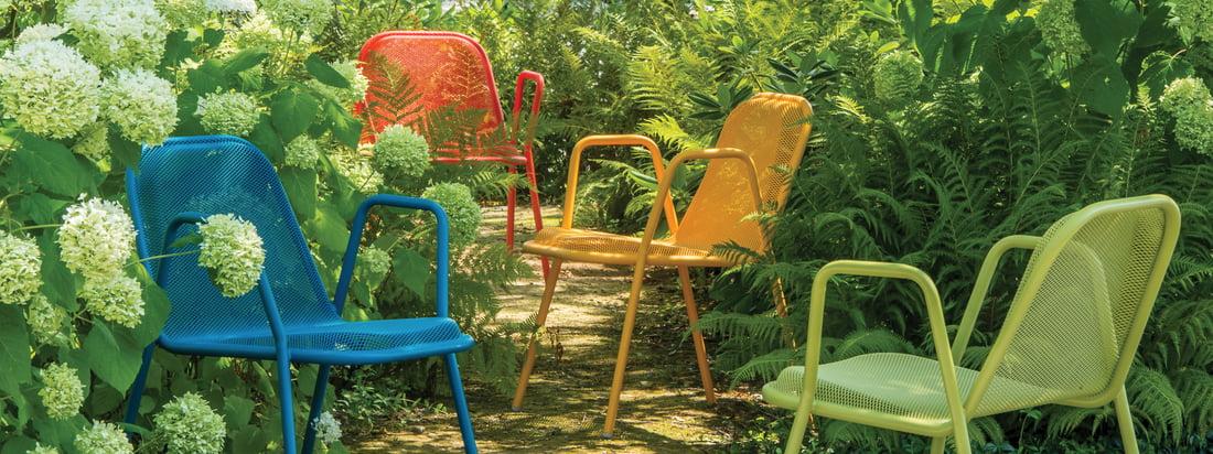 Emu ist eine italienische Firma für Gartenmöbel. Der Golf Armlehnstuhl besteht aus Stahl und verfügt über ein Gittermuster. In Bunt strahlt der Stuhl besonders schön.
