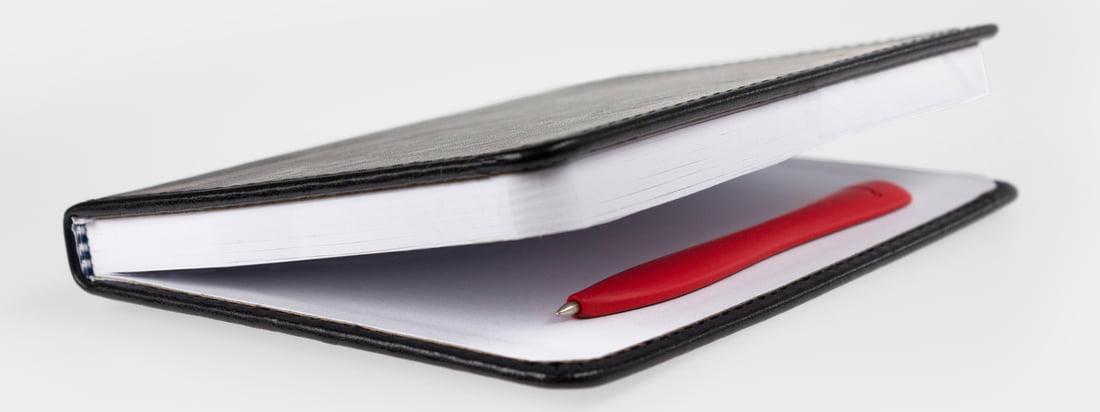 Bobino ist ein Hersteller von praktischen, kleinen Alltagsgegenständen. Z. B. ist der dünne Slim Pen Stift dank einer Halterung im Buch immer direkt greifbar.