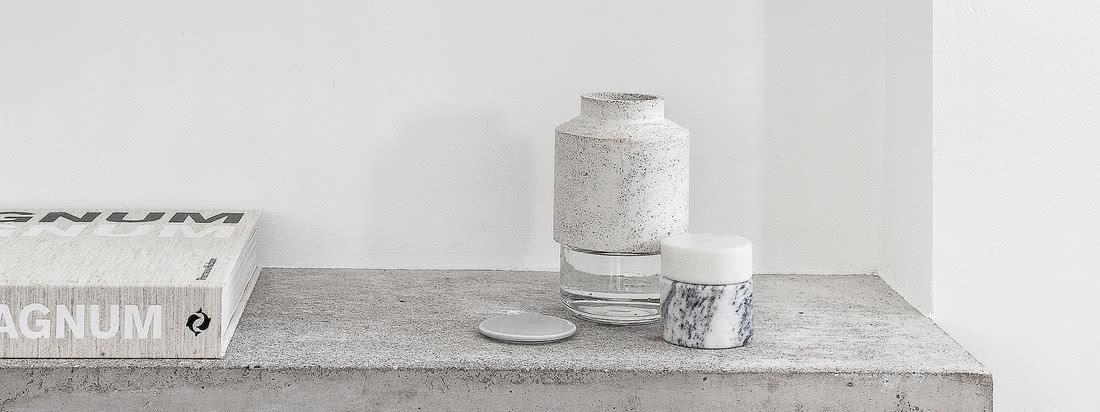Der Kontrast aus rauem Beton und klarem Glas macht auch optisch klar, dass es sich bei der Willmann Vase um eine ganz besondere Materialkombination handelt.