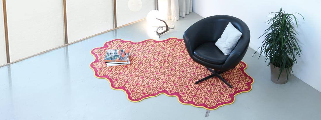 Der Hersteller Flat'n stellt Teppiche her, die meist außergewöhnlich geformt sind. Geometrische, bunte Muster prägen die einzigartigen Bodenschmuckstücke wie den Tiles Teppich.