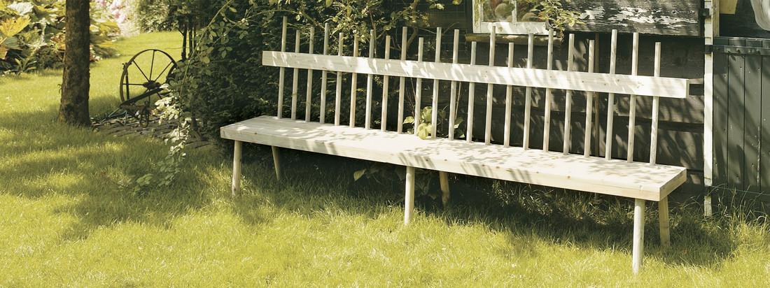 Der niederländische Hersteller Freeline stellt Möbel für den Garten her. Die Lehne der Broomstik Gartenbank soll Besenstiele darstellen und verleiht der Holzbank ihr handwerkliches Design.