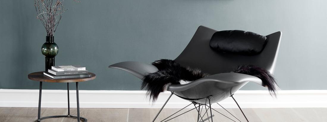 Fredericia ist ein dänisches Traditionsunternehmen. Passend zum außergewöhnlichen Stingray Schaukelstuhl bietet der Hersteller ein Lammfell und ein Nackenkissen.