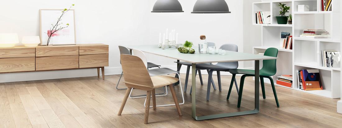 Der 70/70 Tisch in weiß von Muuto passt sich jeder Einrichtung an. Mit dem Nerd Stuhl und der Unfold Pendelleuchte in grau wird ein moderner und urbaner Akzent gesetzt.