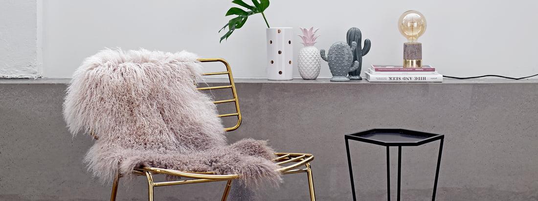 Die dänische Designmarke Bloomingville setzt auf exotische Dekorationsobjekte wie die Deko-Ananas und die Porzellan Kakteen. Im Connox Shop verfügbar.