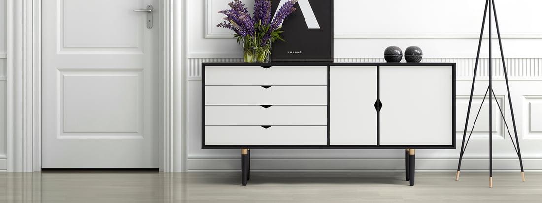 Andersen Furniture ist ein dänischer Möbelhersteller. Das S6 Sideboard besteht aus schwarzer Eiche und weißen Türen und Schubladen - ein eleganter Kontrast.