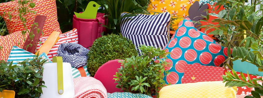 Der französische Hersteller Fermob stellt farbenprächtige Möbel und Accessoires her. Die Kissen für den Garten sind mit vielen bunten Motiven und Mustern erhältlich.