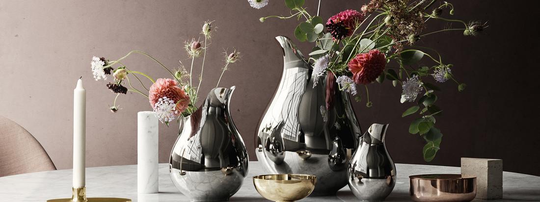 Die Ilse Vase, hergestellt von Georg Jensen, ist eine edle Dekoration für den Tisch. In Kombination mit verschiedenen Größen wirkt die metallische Blumenvase besonders prunkvoll.