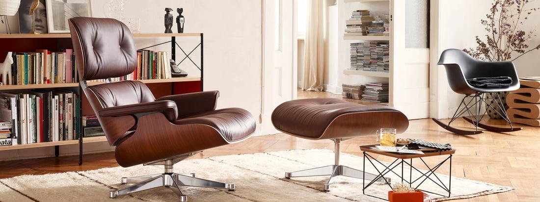 Der Lounge Chair von Vitra aus Leder stammt aus der Feder von Charles und Ray Eames. Die beiden Designer haben den bequemen Leder-Sessel für einen Freund entworfen.