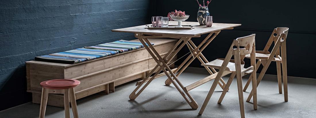 Der We Do Wood - Field Klapptisch in der Ambienteansicht. Er eignet sich besonders für all jede, die nur über geringen Raum in der Wohnung oder im Haus verfügen, denn der Tisch lässt sich in Sekundenschnelle einfach demontieren.