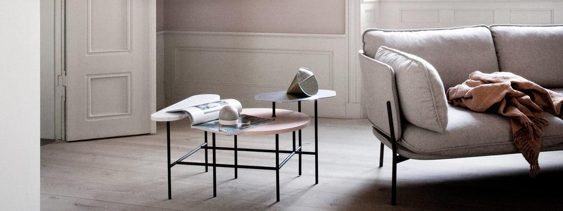 Die Copenhagen SC14 von &Tradition macht sich toll neben dem Cloud Sofa im Wohnzimmer. Ergänzt werden Leuchte und Sofa optimal von dem Couchtisch Palette JH7 von &Tradition.