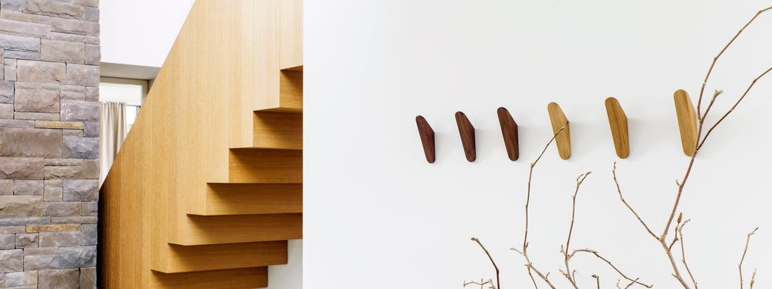 Cut Garderobenhaken von Schönbuch: Der Haken in Form eines spitz zulaufenden Dreiecks wird wahlweise aus Ulme, Eiche oder Nussbaum hergestellt und anschließend geölt.