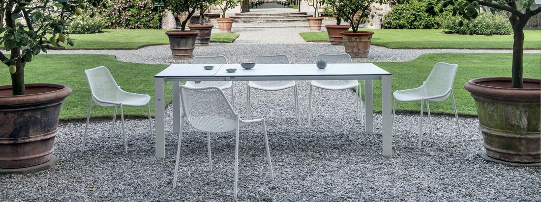 Emu - Round Serie, Stuhl und Tisch in der Ambienteansicht. Mit den Tischen und Stühlen aus der Round Serie lässt sich eine ansprechende Sitzgarnitur für den Garten kreieren.