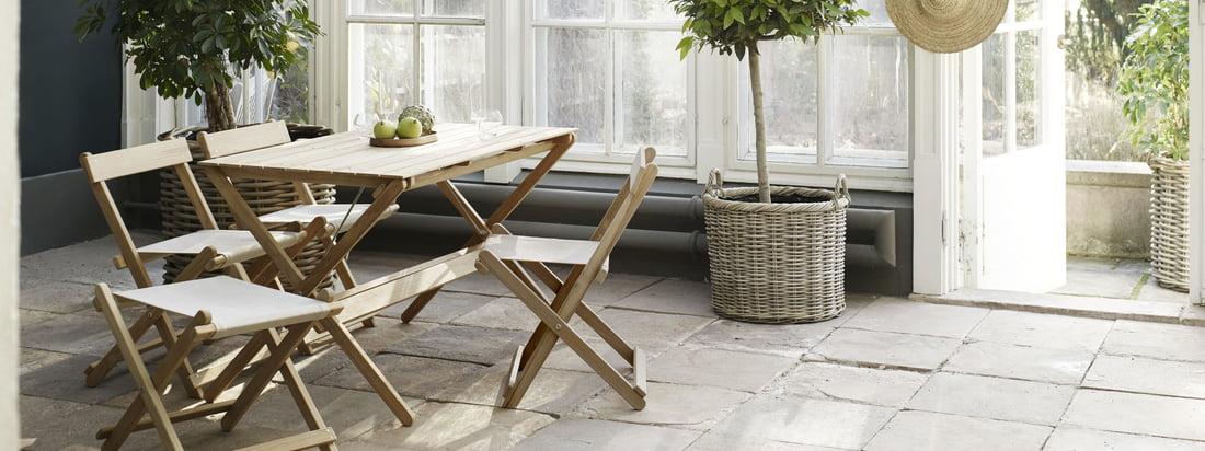 Die Möbel für den Außenbereich eigenen sich besonders gut für den Wintergarten. Die Gartenmöbel aus unbehandeltem Teak wurden entworfen von Børge Mogensen.