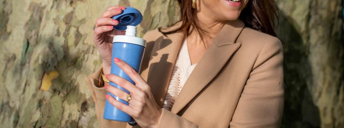 Die Oase Trinkflasche (Organic) von Koziol ist die optimale Flasche für Unterwegs. Die dreiteilige Trinkflasche aus recycelbarem Kunststoff kann komplett zerlegt und somit besonders gründlich in der Spülmaschine gereinigt werden.