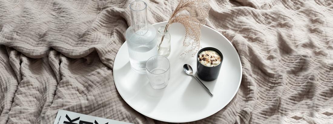 Das weiße Corian Tray von yunic eignet sich hervorragend als Tablett für Tassen und Gläser, wie der Ripple Karaffe von ferm Living. (Copyright: Felix Sodomann - Wohnglück Hamburg)
