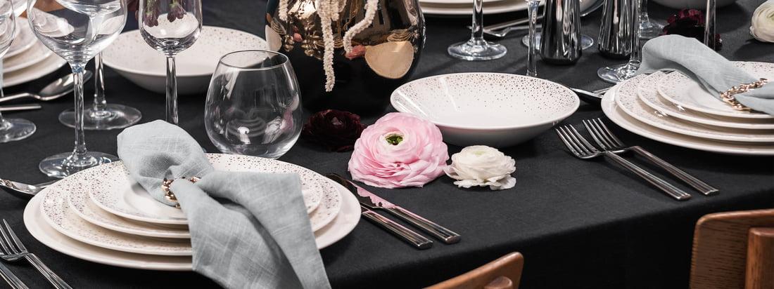 Das Grand Cru Moments Geschirr von Rosendahl ist mit seiner Goldverzierung die festliche Variante des beliebten und zeitlosen Geschirrklassikers Grand Cru von Rosendahl.
