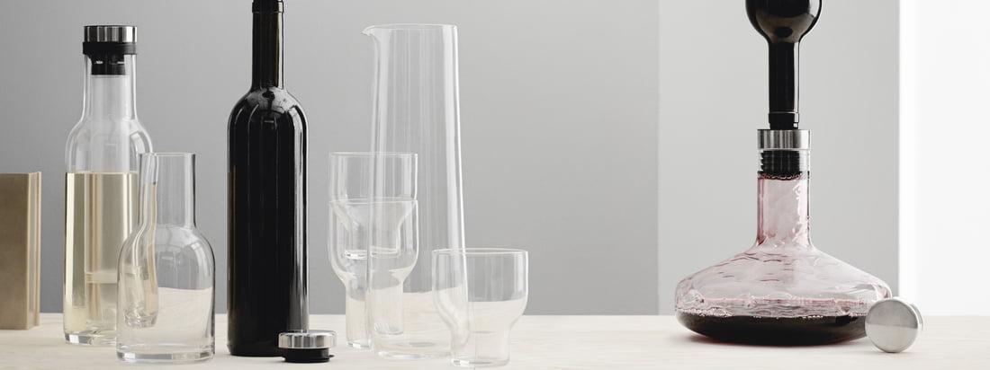 Der Cool Breather dekantiert Weißwein, während er vom integrierten Kühlstab kalt gehalten wird. Die beiden Karaffen wurden vom Designer-Duo Norm für Menu entworfen.