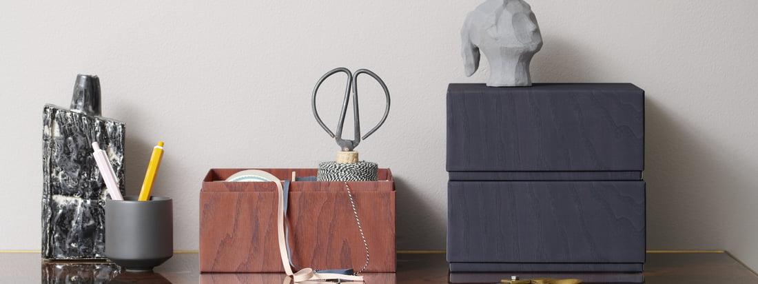Die Aufbewahrungsboxen von applicata auf dem Schreibtisch. In den Boxen lassen sich praktische Utensilien wie eine Scheren oder Garn sicher und diskret verstauen.