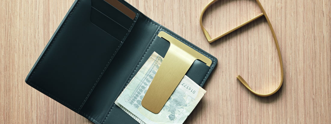 Das Shades Portemonnaie von Georg Jensen gehört zu der Shades Serie von Helena Rohner. Das unisex Accessoire für den alltäglichen Gebrauch wird aus hochwertigem Leder hergestellt und verfügt über eine Klammer aus PVD beschichtetem Edelstahl in Gold.