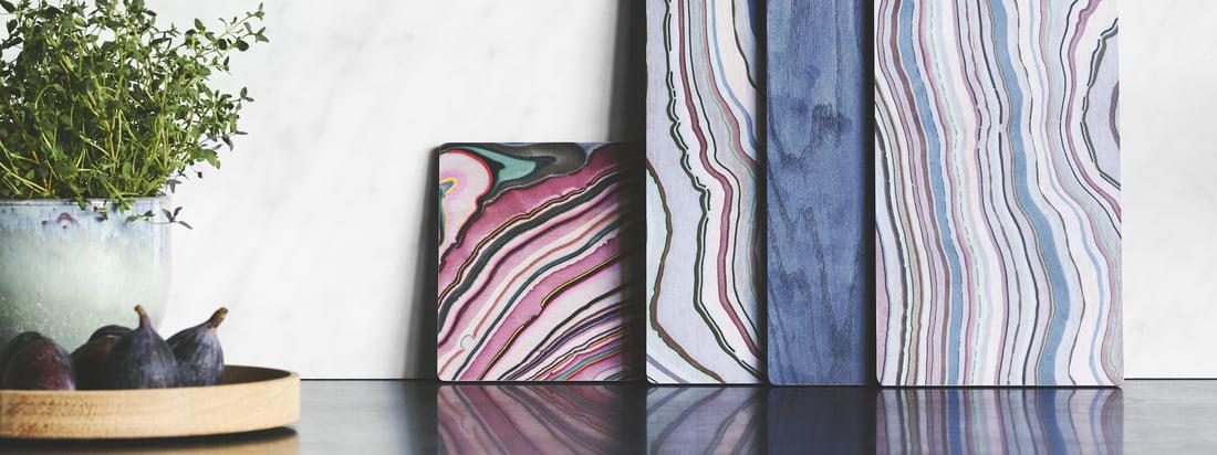 A Tribute to Wood Tapas Board von applicata in der Ambiente-Ansicht. Die bunten Boards sorgen für einen frischen Blickfang auf einer Kommode im Esszimmer oder in der Küche.