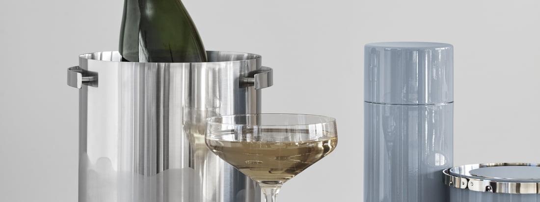 Der Champagnerkühler, der Cocktail Shaker, die Eiszange und der isolierte Eiseimer gehören zu der Cylinda Line von Arne Jakobsen für Stelton und machen jeden Barbereich edler.