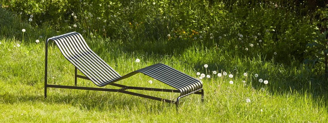Die Outdoor Kollektion von Hay bringt skandinavischen Stil in den Außenbereich- zum Beispiel mit der Palissades Serie mit ihren schicken Lamellen aus Stahl.