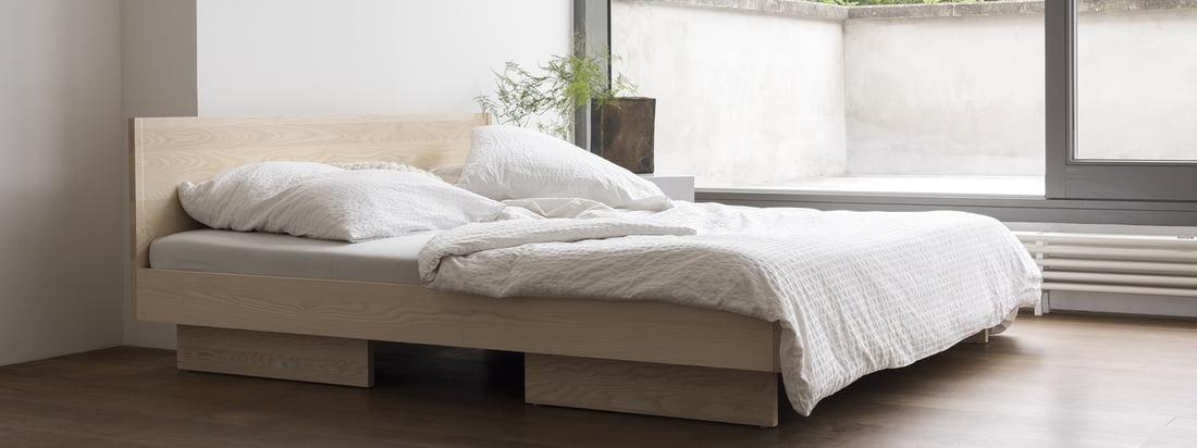 Zians Bett mit Kopfteil von Objekte unserer Tage in der Ambienteansicht. Simple Formen und gerade Linien zeichnen die ruhige und unaufgeregte Gestalt des Bettes aus, das sich aufgrund seines reduzierten Aussehens bestens in jedes Schlafzimmer einfügt.