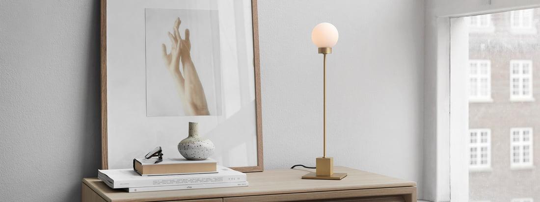 Snowball Tischleuchte H 41 cm, Messing von Northern in der Ambienteansicht. Als Arbeitsleuchte auf dem Schreibtisch oder Hintergrundbeleuchtung im Wohnzimmer auf dem Sideboard genutzt, sorgt das Licht der Snowball Tischleuchte für eine gemütliche Atmosphäre im Raum.