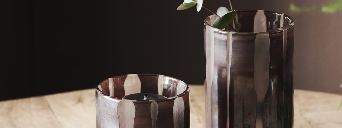 Bai Teelichthalter / Vase, braun von House Doctor in der Ambiente-Ansicht. Die verschiedenen Größen des Teelichthalters lassen sich ausgezeichnet miteinander kombinieren.