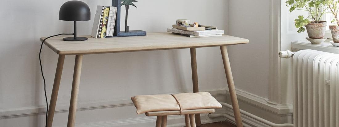 Der Georg Schreibtisch (vier Beine) von Skagerak in Eiche in der Ambienteansicht. Kompakt und schlicht gestaltet fügt sich der Tisch bestens in jedes Ambiente ein.