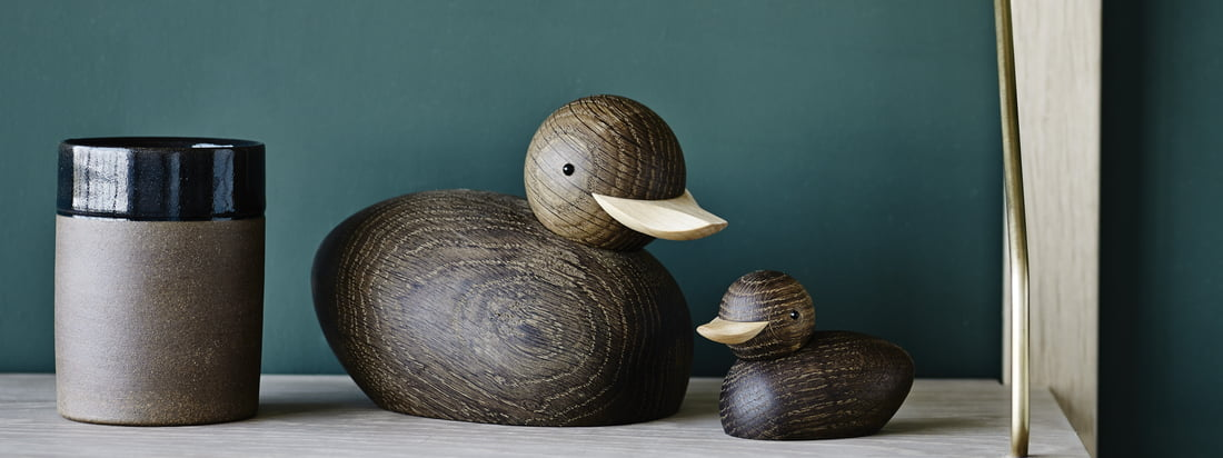 Skjøde Ente Holzfigur von Lucie Kaas in der Ambienteansicht. Die Skjøde Holzfiguren von Lucie Kaas wurden bereits 1958 von Theodor Skjøde Knudsen entworfen. Die verschiedenen Holzarten und die einfachen Details unterstreichen das Kunsthandwerk des Designers und lassen die Figuren zum Hingucker werden.